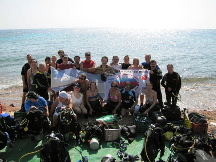 Grupo en la costa todos con bandera